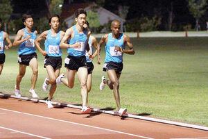 記録会に臨む山梨学院大のオニエゴ(一番右)、松倉(右から3番目)木山(右から4番目)