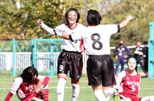 後半10分、先制ゴールを決めて笑顔を見せる道大谷室蘭・遠藤(左から2人目)