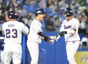 3回無死満塁、左越えに30号満塁本塁打を放ち、(左から)青木宣親、塩見泰隆に迎えられる山田哲人(カメラ・宮崎 亮太)