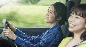 笑顔でドライブを楽しむ山口紗弥加