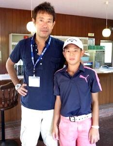 小学4年頃の中島啓太(右)と吉岡徹治氏(吉岡氏提供)