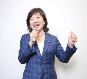 満面の笑みでクイーンの「伝説のチャンピオン」を熱唱した野田聖子幹事長代行(カメラ・山崎 賢人)