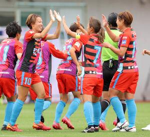 前半7分、先制ゴールを決めたINAC神戸・杉田妃和(左)