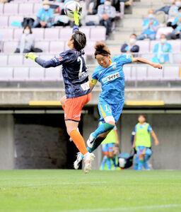 後半、マイナビ仙台FW浜田(右)がゴール前に飛び込むも大宮GKスタンボーがパスを処理
