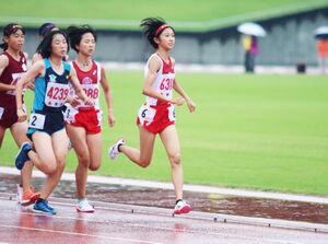 3000メートルで優勝した浜松市立・沢田(右)