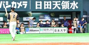 9回2死、王柏融(左)が見逃し三振。ゲームセットの日本ハムベンチ