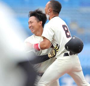 9回1死満塁、サヨナラ中犠飛を放ち、歓喜する日大・津原