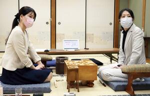 初対戦を振り返った里見香奈女流名人(右)と里見咲紀女流初段の姉妹