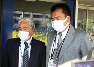 球団事務所で行われたスカウト会議後に取材に応じた米村アマスカウトチーフ(左)、松永編成部長