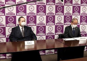横綱審議委員会の矢野委員長(右)と日本相撲協会の芝田山広報部長