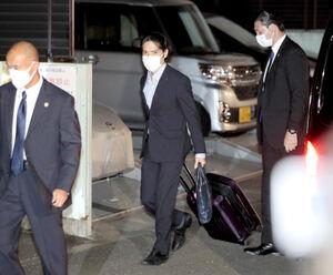 横浜市の自宅に到着した小室圭さん(中央)
