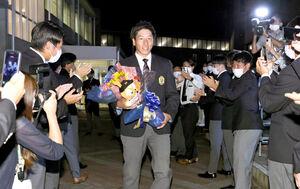 巨人から1巡目指名を受け、野球部委員たちが作った花道の中を歩く関西国際大・翁田大勢